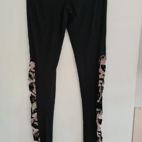 Sæt med bluse og tilhørende leggins. Ny og ubrugt. Kun Leggins er med tag. Blusen er oversize og kan sagtens bruges af str 48/50.