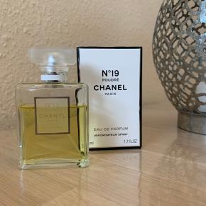Chanel no 19 poudre edp 50ml Brugt som ses på billedet.   Opbevaret mørkt og køligt og dufter som den skal.   Handler via ts og mobilepay