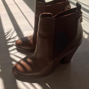 Nye Michael Kors støvler. Ikke brugt kun prøvet på, da de er for små. Sidder til på en str 38. Købt i USA (byd gerne).