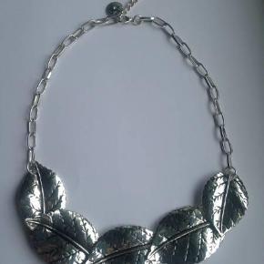 Ny flot halskæde fra DANSK SMYKKEKUNST. Længde: Kan reguleres fra 43 - 48,5 cm. Stemplet: DANSK SMYKKEKUNST.  halskæde Farve: sølvfarvet