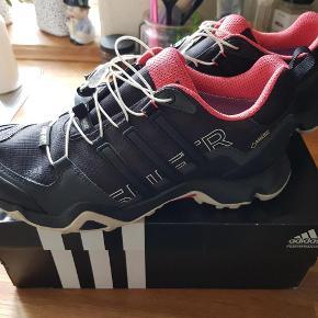 Brand: Adidas Terrex swift Varetype: sko Størrelse: 8 Farve: sort Oprindelig købspris: 999 kr. Kvittering haves.  Kun brugt én gang. Med Goretex