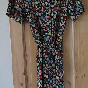 Sød blomstret fest/sommerkjole fra Jacqueline De Young str S. Kjolen er med tags, men er brugt en enkelt dag. Der er elastik i taljen og den har et bindebånd, der kan bindes enten bagpå eller foran eller bruges uden. Stoffet er meget elastisk og består af 95% polyester og 5% elastan. Hel længde ca.91 cm  Se også mine flere end 100 andre annoncer med bla dame-herre-børne og fodtøj