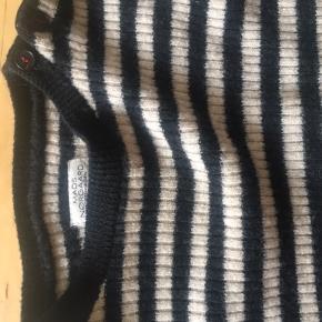 Mærket i trøjen siger at det er en str m, men jeg vil mene at det er en str xs xxs.   Ren uld.