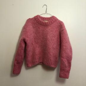 Lækker varm strik i pink fra H&M i str. M. Den har været håndvasket og den er trukket sig lidt sammen ift størrelsen, men den fejler ingenting
