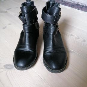 """Lækre bløde skind støvler. Bemærk """"hul"""" detaljen. Det er en helt almindelig str 38. Har alt for mange sko, der for sælges de."""