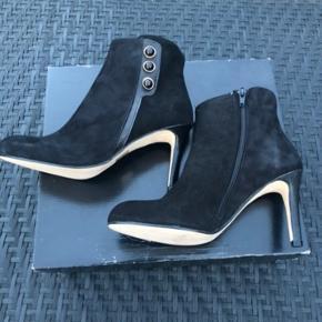 Fede støvletter i ruskind med 8cm hæl. Aldrig brugt.