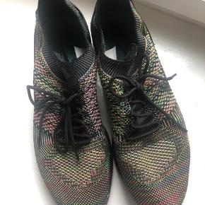 Nike Air Zoom Mariah Flyknit Racer, str 42,5. Brugt få gange, købt lidt for små. Nypris 1195 kr. Afhentes på Frederiksberg eller sendes med DAO.