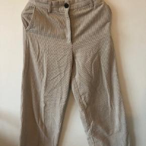 Beige farvet bukser fra monki i fløjls Kun brugt en gang, men desværre fået en revne, som også kan ses på billede nummer 2 Byd:)