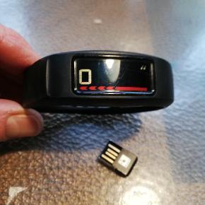 Vivofit træningsur med tilhørende remme i flere størrelser og USB stik til trådløs overførsel til computer. Ur, skridttæller og kilometer.