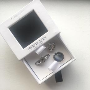Smuk 2-i-1 ring fra Dyrberg/Kern. Størrelsen justeres med tre inkluderede silikoneringe, så ringen passer til enhver finger. Den er kun brugt et par gange og fejler intet. Jeg sælger, da det var en julegave (2018) fra min daværende kæreste, som jeg ikke længere er sammen med. Købt for 800 kroner.