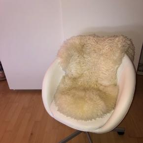 Sælger denne fine kontorstol fra IKEA. Stolen er et par år gammel, men fejler igenting.  Kan afhentes i Frederikssund (sendes ikke) Kom med et bud 😁