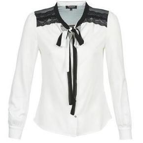 Brand: Morgan Varetype: smuk skjortebluse m. bindesløjfe i halsen + blonde detaljer skjorte bluse bindebånd Farve: sort + hvid  ★ NY MORGAN SKJORTEBLUSE M. BLONDE-DETALJE PÅ SKULDRENE - STR. 42 (UK14) ★  NY smuk skjortebluse i en flot let offwhite med sort blondedetalje på skuldrene og sort/offwhite bindebånd i halsen. Stof: 100% Polyester og blonde: 95% Polyamid + 5% Elastane.  Skjorteblusen er fra det engelske mærke Morgan, og den er str. 42 (UK14). Helt ny og aldrig brugt, og der sidder stadig mærkater i. Skriv email for nærbilleder.  ★ PRIS + porto ★  DU KAN HANDLE VIA TRENDSALESHANDEL/MOBILEPAY /SPARE PORTO OG AFHENTE i Esrum, Nordsjælland eller være så heldig at kunne få den LEVERET TIL DØREN!  Spørg endelig, om jeg kommer forbi, hvor du bor! For hvis vi også kan finde et tidspunkt, der passer os begge, så leverer jeg gerne til døren flere steder i Nordsjælland eller Københavns-området uden ekstra beregning, hvis kr. 150,- betales i depositum på forhånd via MobilePay (dette er udelukkende, så jeg VED, at vi har en fast aftale om endelig handel og ikke skal køre forgæves, da jeg er blevet brændt af tidligere...