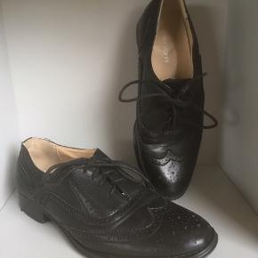 Mærke: Roberto Vianni  størrelse: 38.  Farve: sort Materiale: læder Sko: Foret lædersko,  Stand: kun brugt få gange  Sælges kr 175