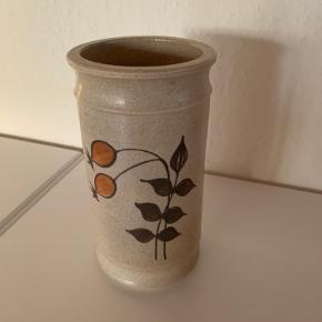 Virkelig smuk vase fra Kahler nr 811-15. Den måler 8 cm i diameter og er 15,5 cm høj. Stemplet HAK  Jeg har også en mindre skål, brændevinsdunk og bordfad i samme serie.   Sender gerne forsvarligt pakket ind.