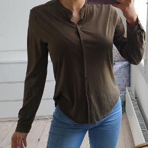 Armygrøn bluse i behageligt stof Der er knapper i str small  den er brugt et par gange, har let vaske slid i stoffet, fremstår ellers flot  Jeg er 171cm høj  den sælges for 160kr eller 199kr inkl fragt med DAO