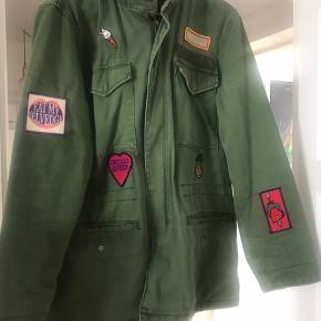 Jakken er købt uden patch. Patchne er sat på efterfølgende. Det gør jakken mere specielt og federe.