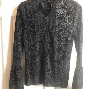 Super fin bluse. Flot og gennemsigtigt mønster.