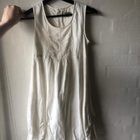 Kjolen består af 45% silke og 55%  Cotton. Meget fin kjole til festelige lejligheder. Brugt en gang til et bryllup.