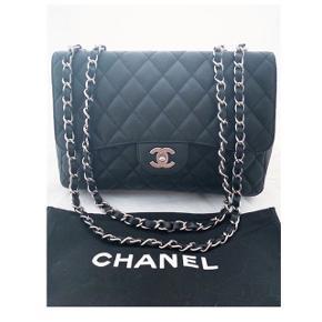 Jeg sælger min højt elskede Chanel Jumbo, i sort caviar og sølv hardware.  Tasken er købt gennem en enerkendt secondhand Chanel forhandler, og der medfølger derfra ægthedsbevis.  Der er minimalt tegn på slid, da jeg mest har haft den derhjemme og er derfor stadig super lækker at se på!   Kom gerne med et bud, men jeg vil gerne beholde retten til at afvise hvis rette bud ikke opnås.  Jeg foretrækker at mødes og handle!