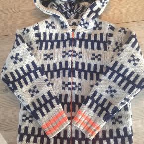 """Varetype: SweaterStørrelse: 8år Farve: Se billede Oprindelig købspris: 550 kr.  Fed hættetrøje i 100% uld. Den er i rigtig fin stand, men står under """"god men brugt"""", da der er et sted, hvor garnet er knækket. Det kan ikke ses på billedet, selvom jeg har forsøgt at tage et tæt på, og kan sagtens repereres, hvis man ønsker det!"""