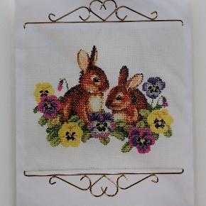 Nyt broderi af kaniner og stedmorblomster. Alt materiale forefindes i pakken. Dvs hvid Aida/lærred, tråd, nål og mønster/skabelon i papirform. Alt til at gå i gang med det samme.