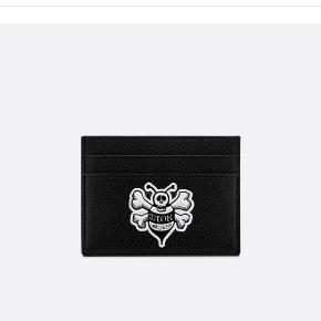 Dior x SHAWN kortholder. Den er aldrig brugt og sælges kun fordi jeg har fundet en anden. Np var 320 dollars (ca. 2400 kr) Mp er 2200 kr. Alt OG medfølger.