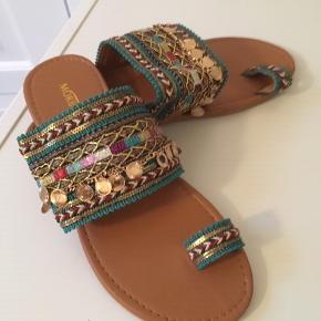 Skønne sandaler i boho stil med flotte broderinger og pailletter. Aldrig brugt. Bytter ikke.
