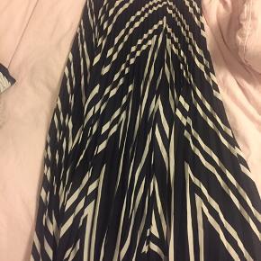 Super fin nederdel fra H&m. Aldrig brugt og fremstår dermed som helt ny. Byd gerne:)
