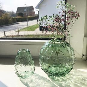 Grønne vaser fra H&M.  Sælger disse glas vaser, da jeg ikke længere får dem brugt. Den ene er rund og den anden mere aflang.  Kan afhentes i Farsø, ellers kan jeg sende på købers regning.  Nypris 200,-