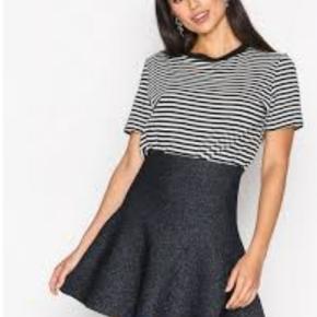 Neo Noir Hanna nederdel Smuk nederdel med glimmer fra Neo Noir. Nederdelen er lårkort, A-formet i tæt strik med sølvglimmer. Nederdelen sidder stramt i taljen og falder løst forneden. Style: Hanna Nederdel Farve: Burgundy
