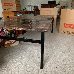 Marmor brud sofabord på sort stålstellet  Har en lille skade som det vises på det ene billede  Bordet er pt i Randers n   Målene er 80x140x 47 h  Mp 1000 kr.   Til salg på flere sider