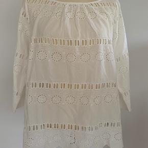 Super fin hvid tunika/bluse str.44 fra Noa Noa i broderie Anglaise.Længde 63 cm og bryst omkreds 118cm. Tunikaen er i 100% bomuld og står som ny.