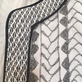 Fantastisk flot jakke i råhvid med sortmetallic broderi og mønstret kant. Sælges kun fordi størrelse og min vægt ikke passer sammen mere :-( .... men har fundet en ny brugt nummeret større :-)