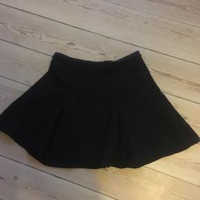 Sød ung nederdel ( helt sort med rosenmønster😀 svært at se. Men fint sort mønster. Som ny. Kan hentes i Århus C