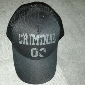 To seje kasketter fra Criminal, 63 kr pr stk, købes begge er prisen 100 kr.