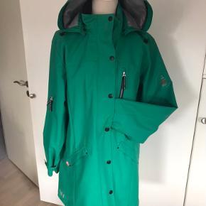 Fed regnjakke i str.xl i grøn, der kan bruges en stor trøje under. Mærket er DWR.  Kun brugt et par gange. Køber betaler fragt.