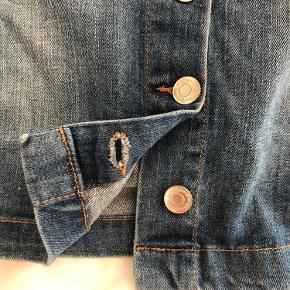 Super fin denim nederdel i en a-line form og knapper foran