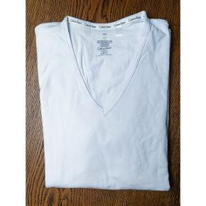 2 stk v-hals t shirt fra Calvin Klein. Aldrig brugt.
