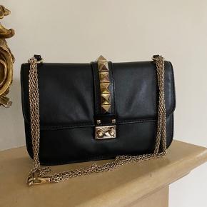 Valentino Glam Lock lædertaske i str medium.  Tasken er i fin stand. Dustbag og kasse følger med, samt tags fra Vestiare Collective hvor den er købt i januar 2019 for 8.000kr. Nypris er 13.500 kr.  Bytter ikke. FAST PRIS.