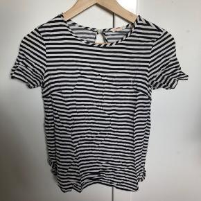 Vildt fed stribet Levis T-shirt i hvid og blå med en fin lomme.   Køber betaler fragt.