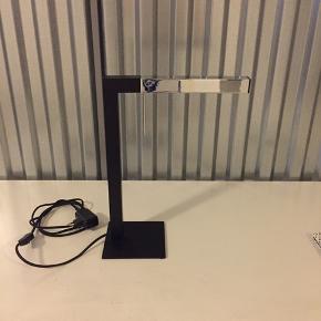 Sælger denne flotte bordlampe, da jeg flytter og ikke har plads til den. Sølvdelen er justerbar og kan drejes, så man får det helt rigtige lysindfald.  Købt i Ilva