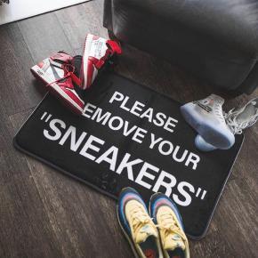 """""""Sneakers""""  Small 150DKK Large 200DKK UDSOLGT Helt ny stadig i plastik  Perfekt som gave!  Dimensioner: Small=50x80cm Large=80x120cm  Materialet er memory foam.  Måtten er custom.  Den kan ikke bruges på samme måde som et tæppe.  Køber betaler fragt som er 39DKK for både S og L  Andre modeller findes også (tjek min profil)  Send gerne en besked hvis du har spørgsmål eller brug for flere billeder."""