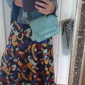 Cool taske fra Hvisk i skøn lyseblåt snakelook.Tasken har en lang justerbar skulderstrop, der gør tasken anvendelig både som skuldertaske og som crossovertaske Materiale:100% Polyurethane Mål:17 x 21 cm
