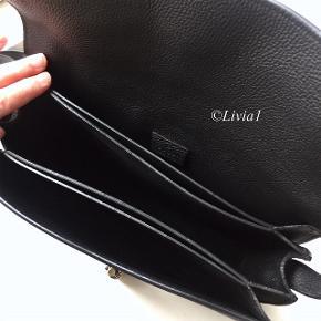 Sælger min lækre Gucci Jackie Soft Flap Shoulder bag da jeg desværre aldrig bruger den. Super lækkert læder, piston closure og håndmalede kanter.  Måler: 27 x 19 x 7 cm.  Kun brugt få gange.  Købt i Gucci på strøget.  Læs mere her: https://www.bragmybag.com/gucci-jackie-soft-flap-bag/
