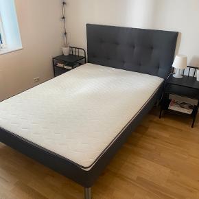 Sengegavl er (hjemme)lavet af designer og er derfor helt unik.  Sengegavl er ikke fastmonteret på seng.  Kan sælges seperat - dog helst samlet.   Afhentes på 1 sal med elevator i bygning.