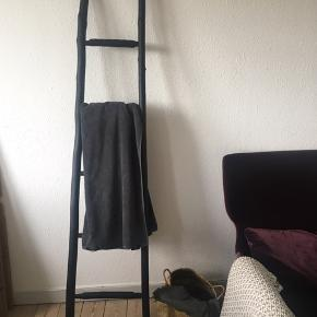 Virkelig fin stige i sort. Perfekt til håndklæder på badeværelser, pynt eller lign.   Stigen sendes ikke, men kan medbringes til Horsens eller Aarhus.   Nypris 399kr. Kom gerne med et bud. Køb i Norr Aarhus popup.