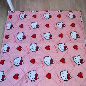 Hjemmequiltet tæppe med Hello Kitty  Perfekt til kravlegården m.m.  Brugt et par gange og vasket 1 gang i neutral.  Køber betaler Porto.