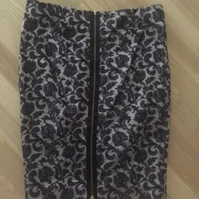 Vildt flot, gennemlynet nederdel. 42% polyester, 56% bomuld, 2% spandex Kun brugt en gang