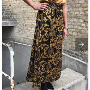Helt ny nederdel - stadig med tags. Nypris 1699.  Str. One size - passer fra S-L, da det er en slå om nederdel.