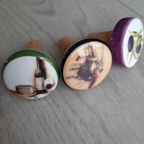 Vinpropper købt i Spanien, Torremolinos.  Lavet i keramik og kork.  Sælges samlet.  Aldrig brugt.